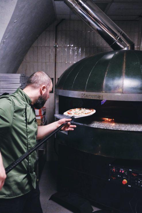 najlepsza pizza neapolitanska, gdzie na pizze w warszawie, najlepsza pizza warszawa, pizza neapolitańska, piec opalany drewnem, dziurka od klucza, tymoteusz dziedzic, pizzaiolo
