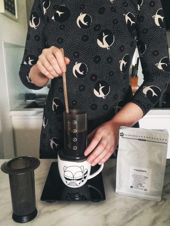 aeropress, jak zaparzyc w nim kawe, roastains, kawa mielona, kawa speciality, kubek forest